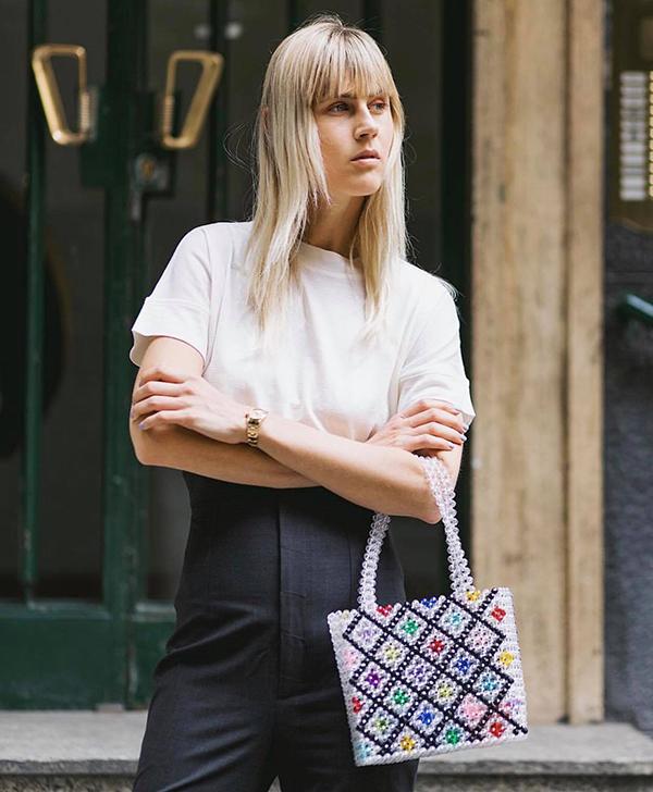 Mùa hè 2018 đánh dấu sự lên ngôi của dòng phụ kiện handmade, cùng với các kiểu túi nan, túi cói, túi móc len là túi kết cườm thủ công cũng được ưa chuộng.