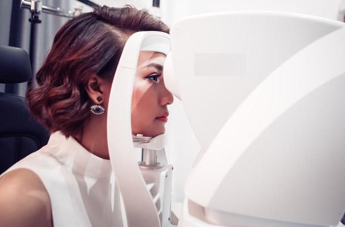 Hoàng Oanh tranh thủ kiểm tra thị lực bằng các máy móc hiện đại.