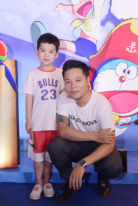 Ca sĩ Dương Trần Nghĩa và con trai thừa hưởng nhiều nét giống mình.