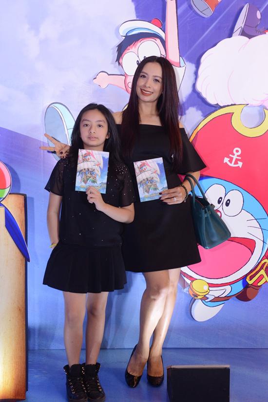 Bé Bông, con gái út của cựu người mẫu Thuý Hằng đã cao quá vai mẹ.