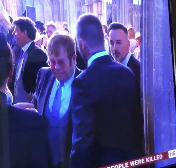 Nhiều khán giả bày tỏ sự ghen tị với Elton John khi danh ca 68 tuổi được David Beckham hôn. Một người hâm mộ chia sẻ trên Twitter: Elton John vừa nhận được nụ hôn của David Beckham vào môi??? Tôi đang cố gắng không để tâm nhưng vẫn không giấu nổi sự ghen tị của mình!.