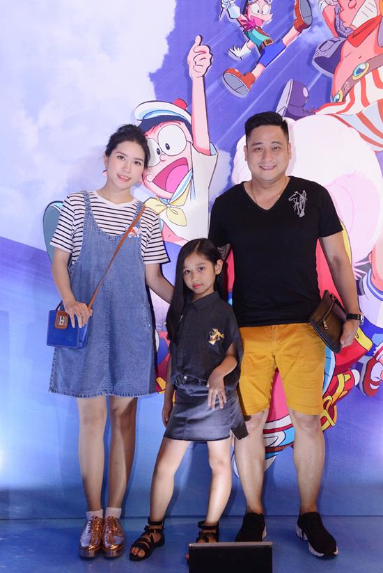 Buổi ra mắt phim Doraemon ở Hà Nội cũng thu hút nhiều gia đình nghệ sĩ đến tham dự. Con gái Minh Tiệp làm mặt lạnh, tạo dáng như model chuyên nghiệp, trong khi bố mẹ tươi cười trước ống kính.