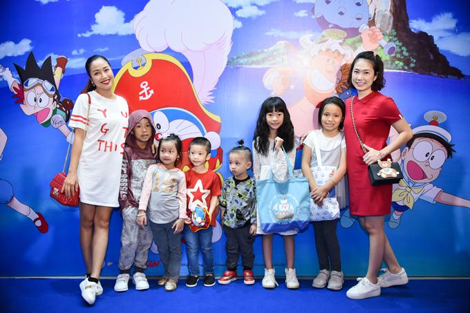 Tại event, Ốc Thanh Vân và Thanh Thảo đã vui vẻ hội ngộ. Các nhóc tỳ khá ngoan ngoãn đứng xếp hàng cùng mẹ để chụp hình lưu niệm.