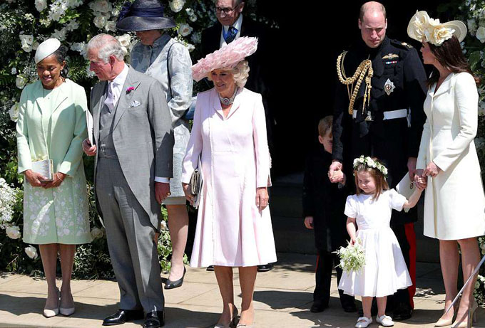 Vợ chồng William-Kate cùng hai con, bà Doria (mẹ Meghan) và vợ chồng Thái tử Charles trước khi vào bên trong nhà nguyện.