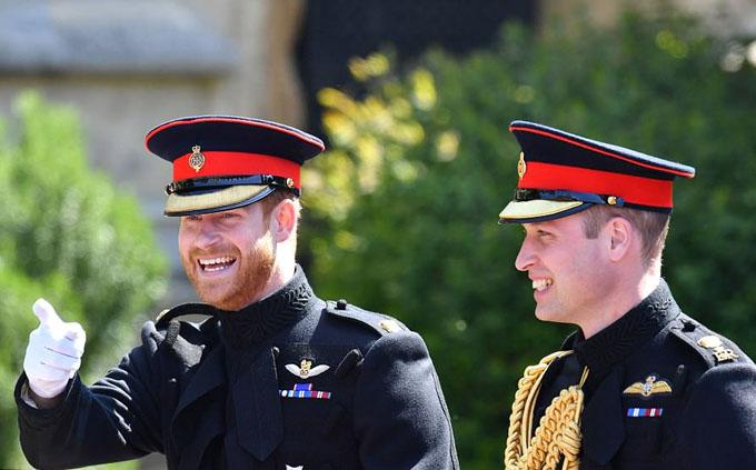 Hoàng tử Harry và anh trai William, cũng là phù rể du nhất của anh, tới lâu đài Windsor trước Meghan.