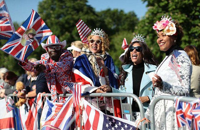 Người hâm mộ Anh và Mỹ hào hứng mang theo cờ in hình Harry - Meghan vì muốn trở thành một phần trong đám cưới lịch sử này.