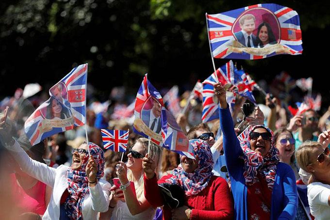 Rất nhiều người trong số họ đã tập trung ở Windsor từ trước, thậm chí dựng lều trại, để được chào đón Hoàng tử Harry và vợ.