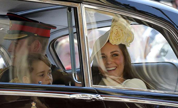 William sau đó lên ôtô, cùng vợ,Công nương Kate, và con trai Georgedi chuyển tới nhà nguyện đểdự lễ cưới của em chồng. Mới sinh con được ba tuần nhưng bà mẹ 36 tuổi trông thần thái rạng rỡ.