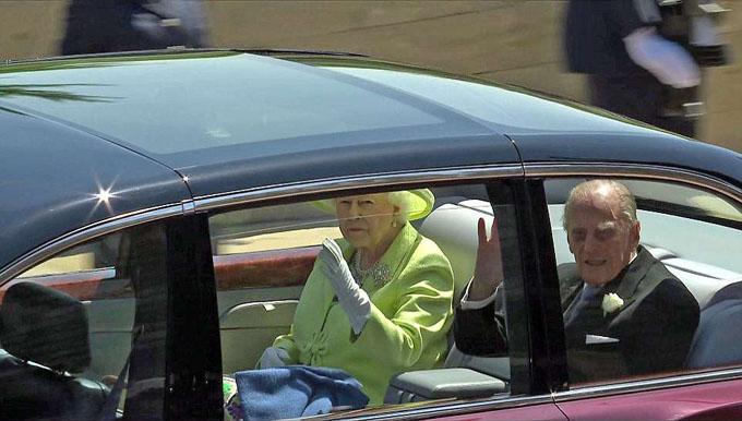 Nữ hoàng Elizabeth II và chồng, Hoàng thân Philip, ngồi trên ôtô vẫy chào người dân.