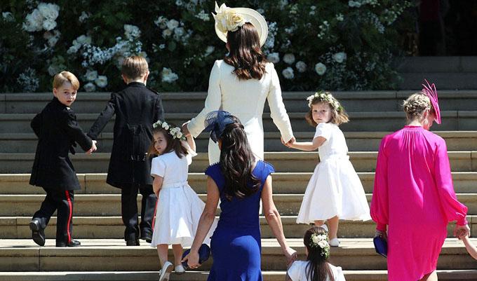 Công nương Kate và mấy người bạn của Meghan dẫn dàn phù dâu, phù rể nhí vào bên nhà nguyện.