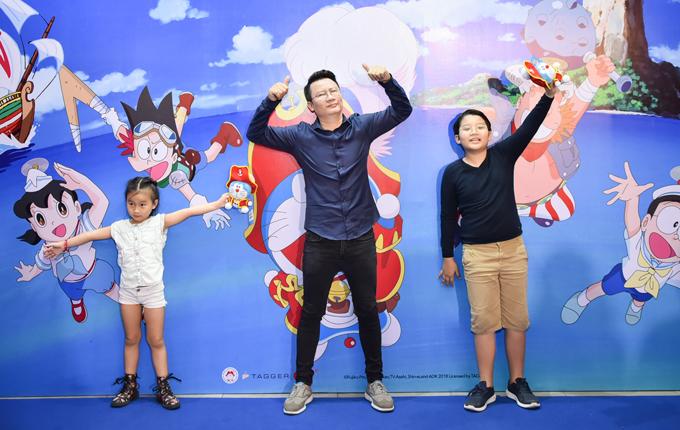 Hoàng Bách cũng là ông bố tâm lý khi luôn dành thời gian dịp cuối tuần để vui chơi cùng hai con.