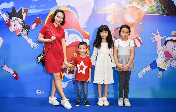 MC Thanh Thảo Hugo cũng tranh thủ cho 2 con (bé trai áo đỏ và bé gái váy trắng) đi xem phim giải trí.
