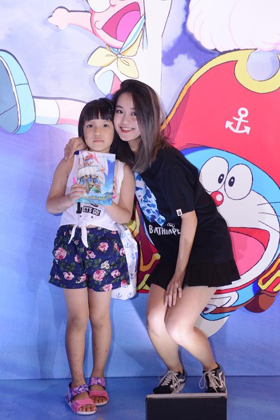Hot girl Mi Vân và con gái ăn mặc trẻ trung đi xem phim.
