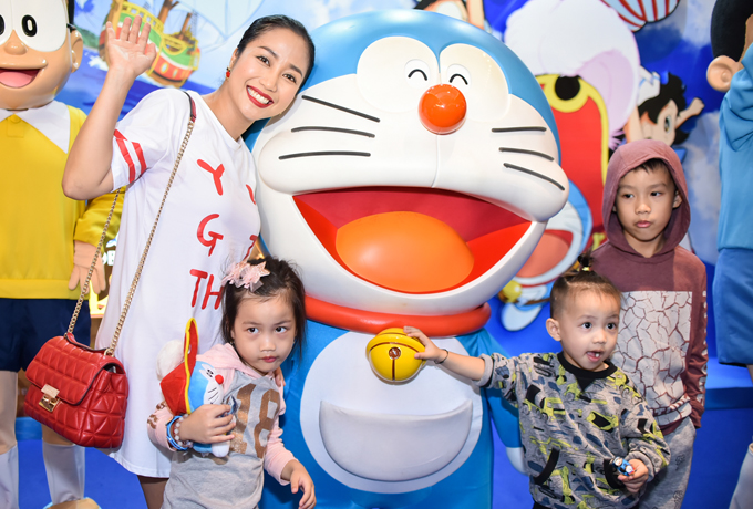 Nhân dịp cuối tuần không phải bận rộn chạy show, Ốc Thanh Vân đã đưa 3 con đến dự sự kiện công chiếu phim hoạt hình Doraemon: Nobita và Đảo giấu vàng vào sáng 20/5. Không có ông xã Trí Rùa đồng hành, một mình nữ MC phải canh chừng 3 nhóc tỳ siêu quậy.