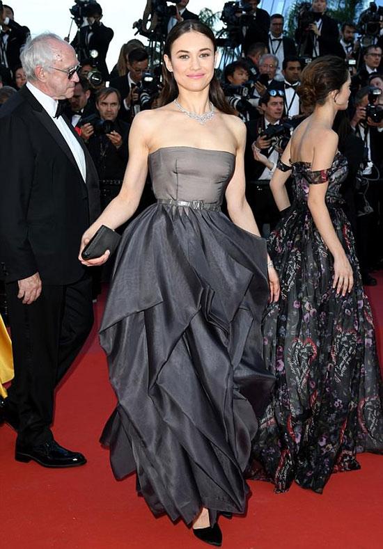 Olga Kurylenko đến tham dự buổi công chiếu phim hài phiêu lưu mới nhất của cô mang tên The Man Who Killed Don Quixote hôm thứ 7. Bộ phim đã khép lại liên hoan phim Cannes lần thứ 71 sau 12 ngày diễn ra.