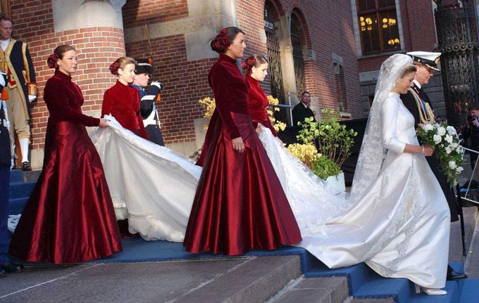 Trang phục của phù dâu càng làm cô dâu nổi bật.