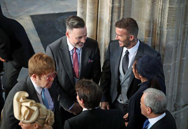 Elton John và bạn đời đồng giới (đứng cạnh) vui mừng hội ngộ vợ chồng David Beckham trong đám cưới của Hoàng tử Harry hôm qua.