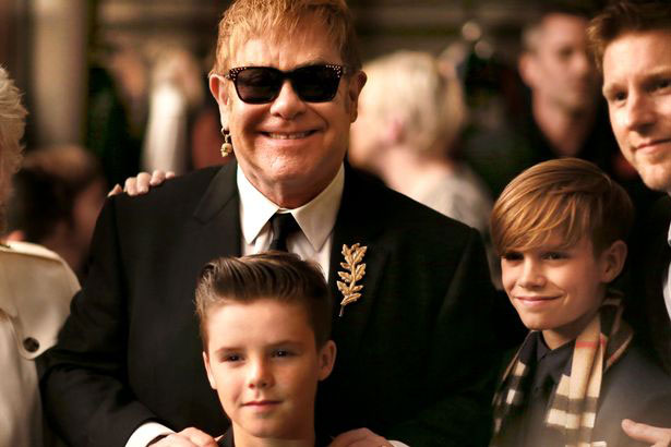 Elton John là cha đỡ đầu của hai cậu con trai Beckham, Cruz và Romeo.