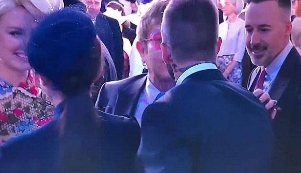 Beckham và Elton John chào nhau bằng nụ hôn môi tình cảm trong khi cựu danh thủ chỉ hôn má những người khác.