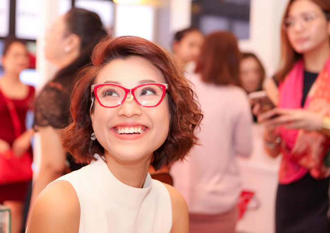 Dung Đại Ca của phim Tháng năm rực rỡ trông cá tính khi đeo thử một cặp kính kiểu mắt mèo.
