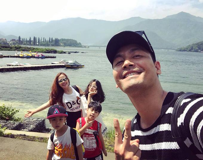 Gia đình 5 thành viên của MC Phan Anh đang có kỳ nghỉ hè ở Nhật Bản. Anh hài hước bình luận: Cả nhà trốn học đi chơi.