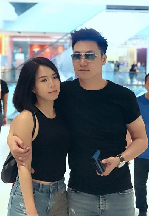 Mạnh Trường update tình hình mua sắm nhiệt tình của hai vợ chồng khi ở Bangkok: Ngay lúc này, khoảnh khắc này anh đưa em đi trung tâm thương mại nhưng trong ví còn đúng 1000 baht. Mặt em thật là ko cảm xúc.