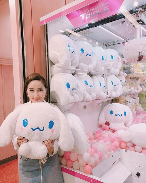 Bảo Thy gắp được chú thỏ đáng yêu khi tham gia trò chơi ở Nhật.