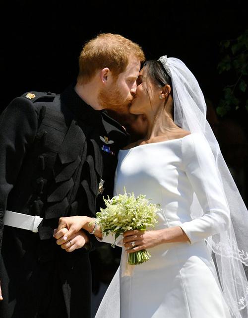 Hoa cầm tay của cô dâu Meghan Markle do chính Hoàng tử Harry chọn từ khu vườn của Điện Kensingto và đó cũng là những loài hoa mà Công nương Diana yêu thích: hoa lưu ly, hoa ly và hoa nhài trắng. Điều này trái với những đồn đoán trước đó là bó hoa sẽ bao gồm mẫu đơn trắng - loài hoa ưa thích của cô dâu.