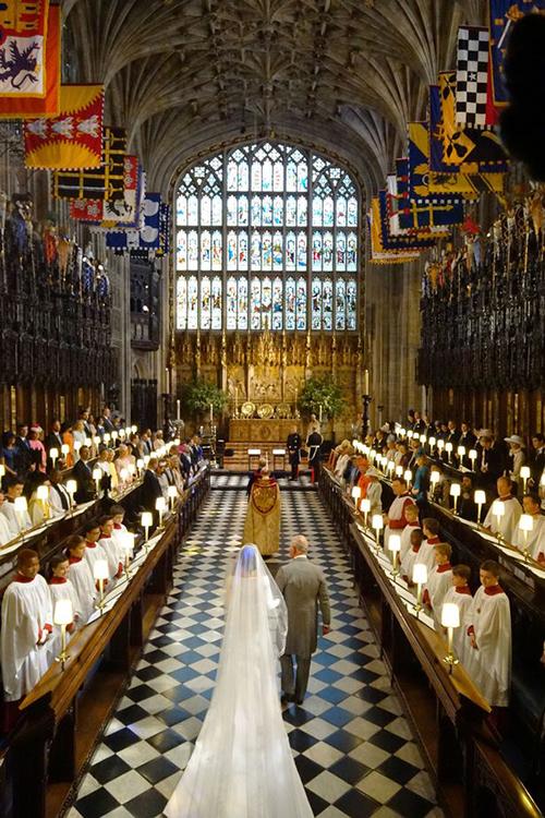 Theo tờ Dunne, với quy mô của đám cưới Hoàng tử Harry, việc thuê một nhóm cắm hoa trang trí cho lễ đường St. George sẽ tiêu tốn khoảng 130 nghìn USD và chi phí do hoàng gia chi trả.