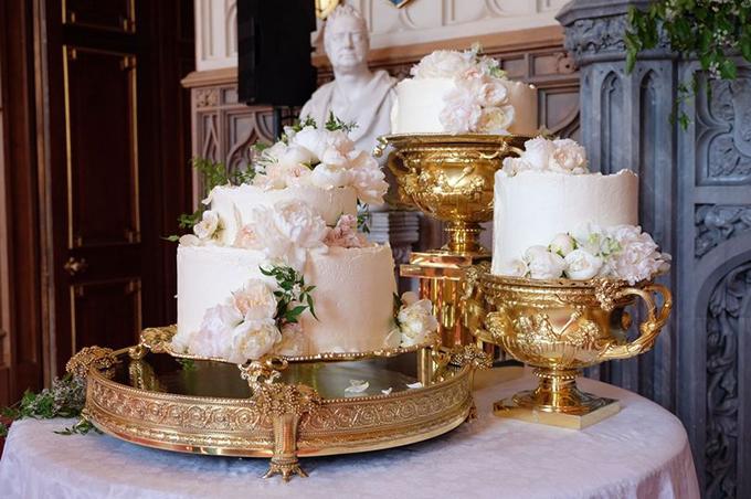 Hoa xuất hiện ở khắp nơi trong hôn lễ, ngày cả trên chiếc bánh cưới hữu cơ trị giá 50 nghìn bảng Anh. Chiếc bánh mang âm hưởng mùa xuân nước Anh, màu trắng phớt hồng và được trang trí bởi hoa mẫu đơn, hoa hồng trắng.Về mặt bố cục, ba chiếc bánh riêng biệt được đặt trên những chiếc cốc bằng vàng cỡ lớn. Lý do bởi chúng quá nặng để có thể xếp chồng lên nhau. Bánh sẽ được cắt và phục vụ 600 vị khách mời tại tiệc cưới của cặp vợ chồng hoàng gia ở Hội trường St George ở Lâu đài Windsor.