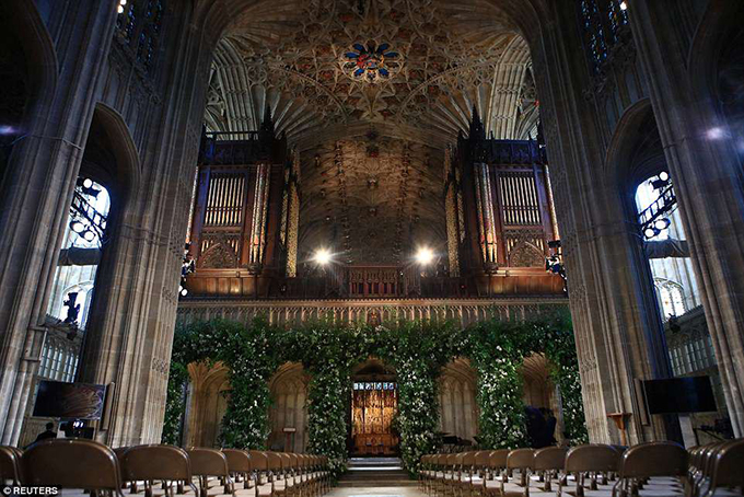 Các mái vòm của nhà nguyện cũng được trang trí bởi hoa tươi.
