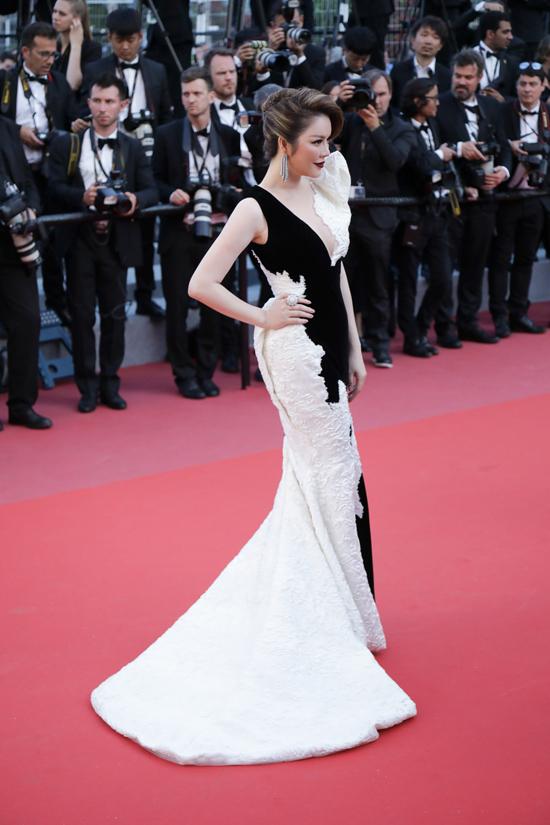 Suốt 11 ngày diễn ra LHP Cannes, mỗi lần xuất hiện trên thảm đỏ, người đẹp Việt Nam đều mang đến ấn tượng về phong cách thời trang quý phái. Trước đó, cô đã mất nhiều tháng chuẩn bị từ việc lên ý tưởng, đặt hàng các nhà thiết kế trong nước may riêng trang phục cho mình.