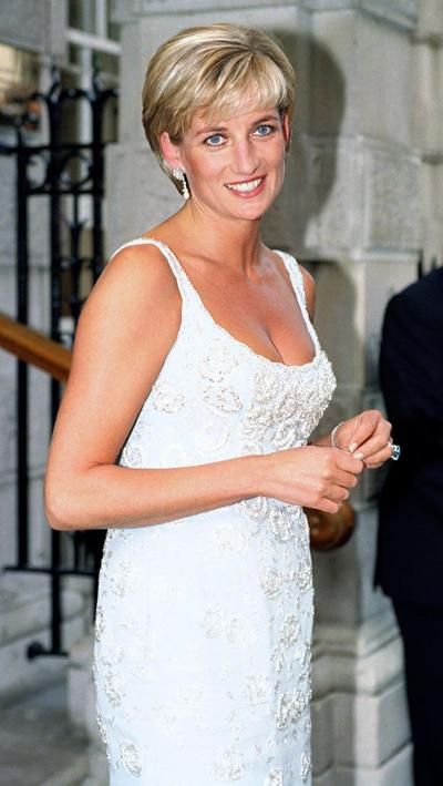 Theo CNN, chiếc nhẫn được Hoàng tử Harry tặng cho vợ như món quà cưới và Meghan đeo nó ngay trong tiệc cưới để tưởng nhớ đến mẹ chồng quá cố.