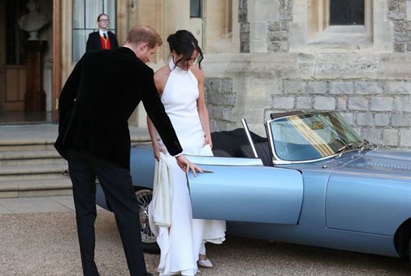 Dường như để phù hợp với màu của viên đá, cả hai chọn chiếc xe Jaguar E-Type Concept Zero màu xanh bạc để lái đến nơi tổ chức tiệc cưới tại Frogmore House.