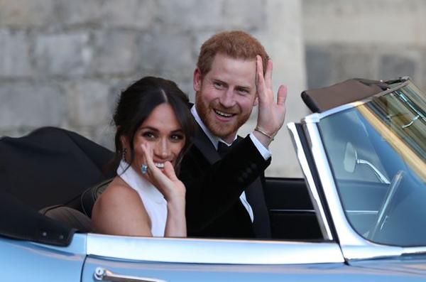 Tối qua (19/5), khi xuất hiện tại bữa tiệc tổ chức vào buổi tối sau khi hôn lễ tại nhà nguyện St. George cử hành xong, cô dâu Meghan Markle gây chú ý khi đeo nhẫn đá aquamarine (ngọc xanh biển) quý giá từng thuộc về Công nương Diana.