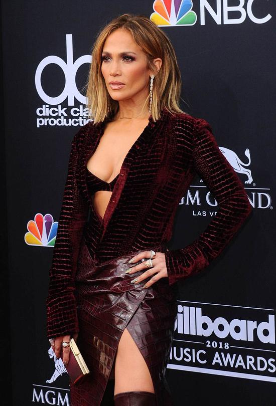 Lễ trao giải Billboard 2018 hội tụ nhiều ngôi sao ca nhạc. Jennifer Lopez cá tính và sexy với đầm da xẻ bạo.