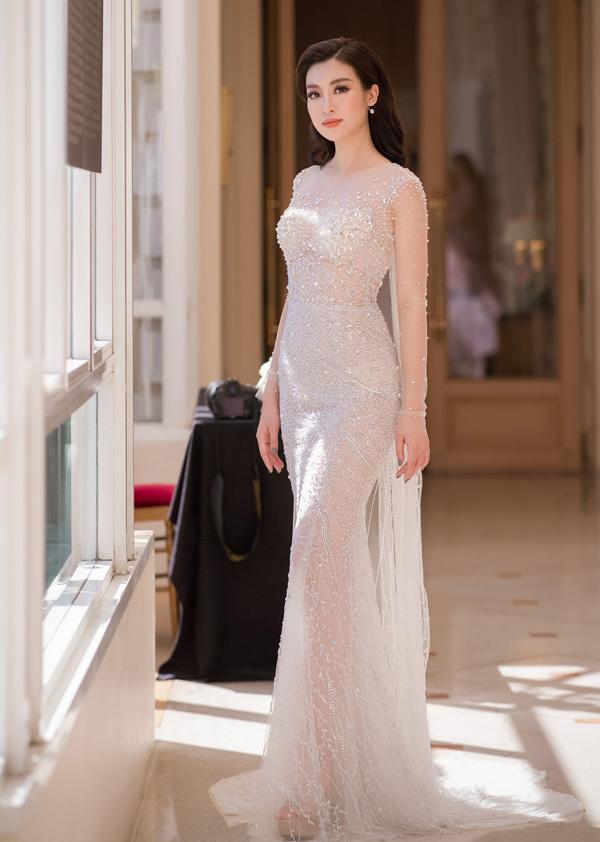 Đỗ Mỹ Linh khoe vẻ đẹp đài các khi diện mẫu váy trong suốt được trang trí đá trắng lấp lánh. Chất liệu cao cấp, đường cắt may tỉ mỉ đã mang lại thiết kế giúp người mặc tôn vóc dáng.