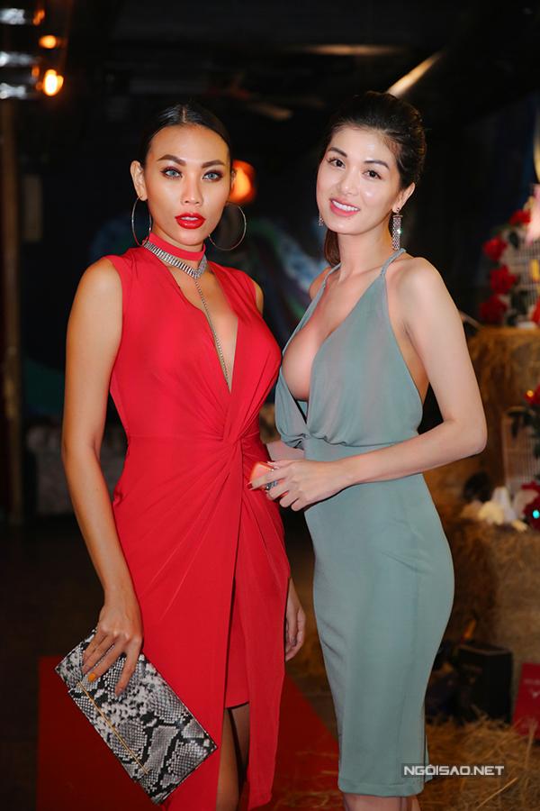 Hoa hậu thế giới toàn cầu 2015 Oanh Yến cũng tự tin mặc hở bạo sau vài tháng sinh con thứ tư. Cô đọ sắc với người mẫu Diệu Huyền (váy đỏ).