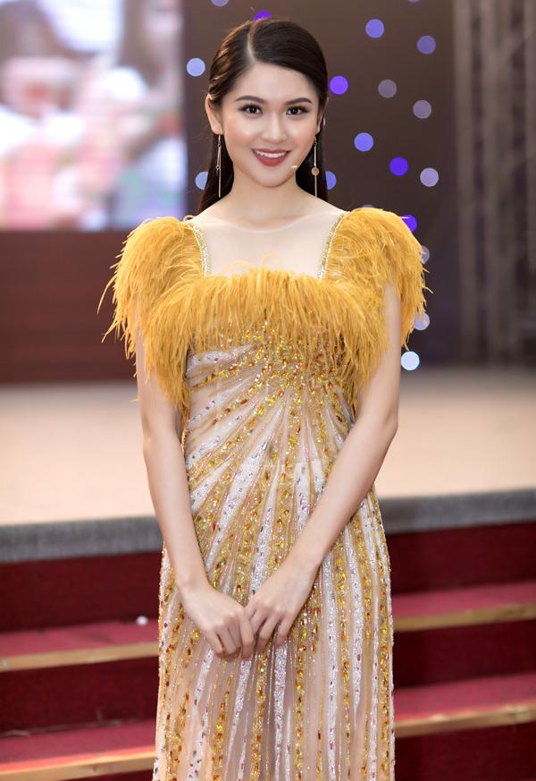 Á hậu Thùy Dung từng đoạt giải Hoa khôi Đại học Ngoại thương TP HCM 2016.Cô mặc váy thuộc sưu tập Mặt trời phương Đông của nhà thiết kế Lê Thanh Hòa đilàm giám khảo.