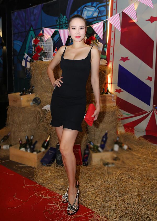 Chân dài Dương Yến Ngọc khiến nhiều đàn em phải ngưỡng mộ với hình thể sexy dù cận kề tuổi 40.