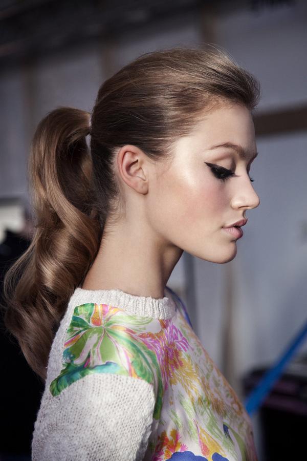 Kiểu tóc buộc đuôi ngựa với phần đuôi tóc uốn xoăn lọn lớn và tóc mái đánh phồng thích hợp để đi dự tiệc.