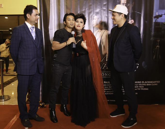 Đan Nguyên (thứ hai từ trái qua) và đạo diễn Cường Ngô (đội mũ) tới mừng Nguyễn Hồng Nhung có sản phẩm mới.