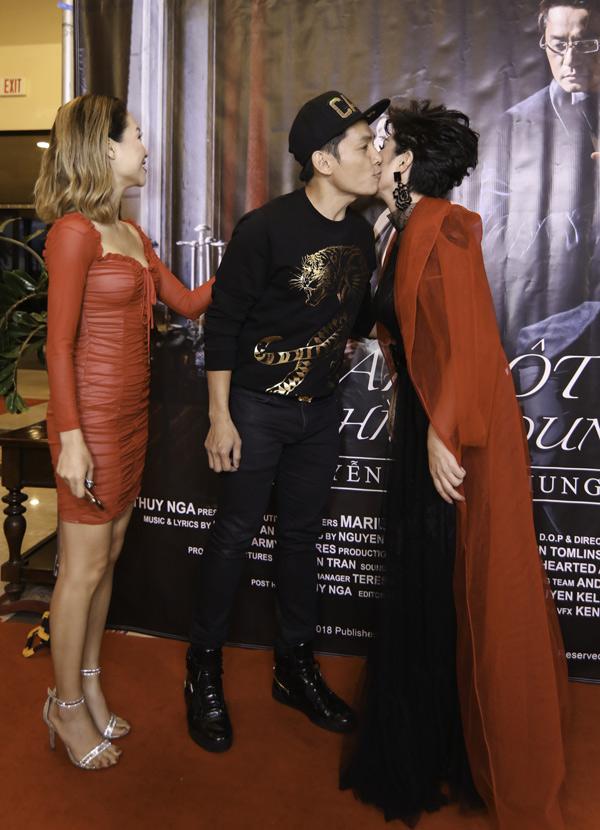 Ca sĩ Lương Tùng Quang tình cảm hôn má nữ ca sĩ trong sự kiện.