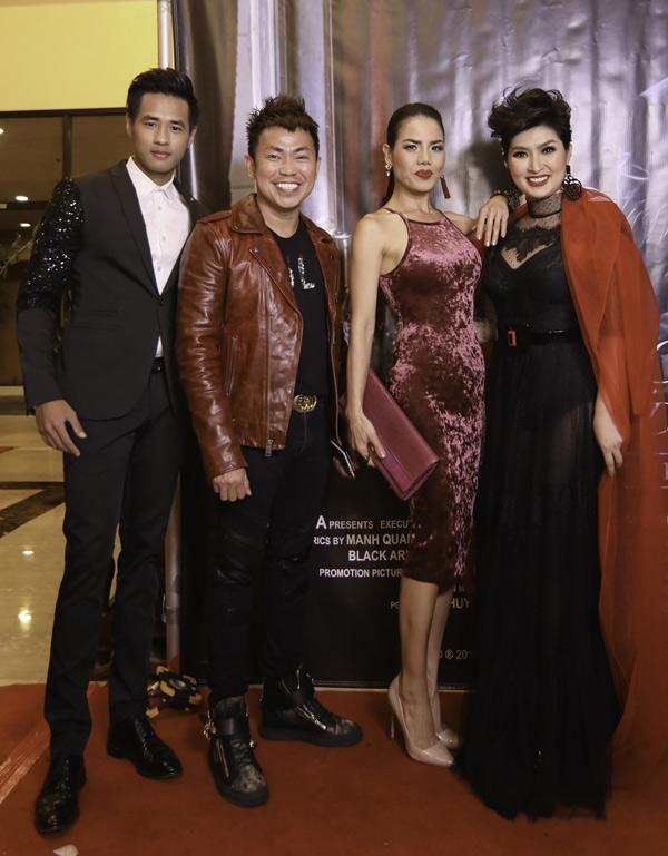 Hoài Tâm (thứ hai từ trái qua) và Trúc Lam cùng nhiều bạn bè dự ra mắt MV Mãi một hình dung.