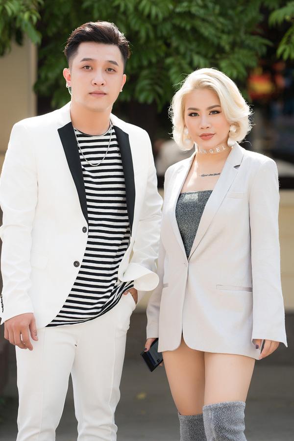 Hai ca sĩ Yanbi, Yến Lê cũng đến hát góp vui. Yanbi tiết lộ, anh thích vẻ đẹp của hoa hậu Mai Phương Thúy còn Yến Lê mê Nguyễn Thị Huyền.