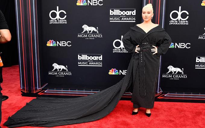 Christina Aguilera gây chú ý với đầm dài quét đất.