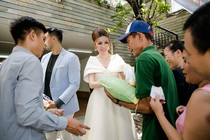 Phát gạo trong tháng 5 là hoạt động thường niên của Tập đoàn Bảo Vệ Long Hoàng (đường D2, TP HCM) và nhà riêng của Hoa hậu Bùi Thị Hà tại quận 2 trong mỗi dịp sinh nhật của chị.