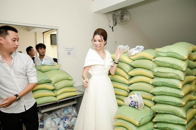 Mới đây, doanh nhân kiêm Hoa hậu  Bùi Thị Hà (còn gọi là Hanah Bùi) thực hiện buổi phát gạo cho người nghèo tại TP HCM và các tỉnh vùng sâu, vùng xa. Chị tâm niệm, chia sẻ với những mảnh đời khó khăn, giúp có thêm bữa cơm ngon, chiếc áo ấm là việc cần thiết.