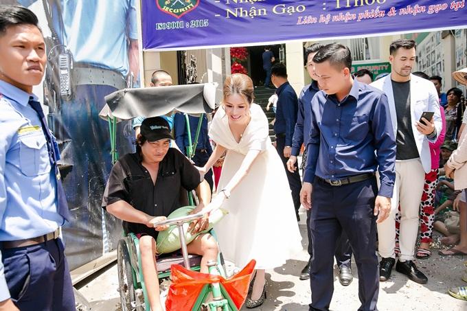 Hanah Bùi tận tay trao quà cho người khuyết tật.