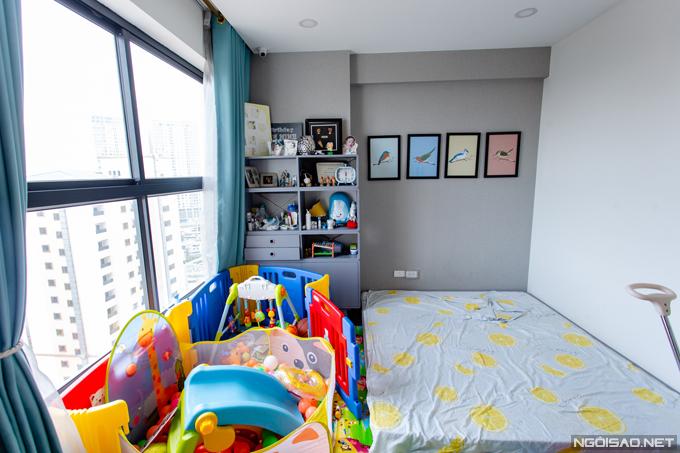Phòng ngủ của bé Bào Ngư là căn phòng rộng nhất trong nhà với cửa kính cỡ lớn nhìn ra ngoài. Phan Hoàng Thu sắp xếp nhiều đồ chơi như nhà bóng, cầu trượt để cậu bé thoải mái đùa nghịch tại không gian riêng.